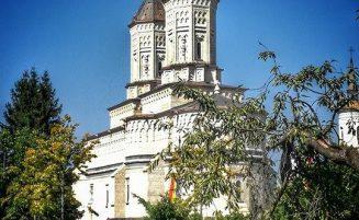 """Mănăstirea Sfinţii """"Trei Ierarhi"""", unicat al arhitecturii româneşti"""