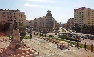 Piaţa Unirii şi Monumentul lui Al. I. Cuza – unul dintre sufletele cele mai mari ale neamului nostru, deoarece el a îndrumat înfăptuirea statului şi a culturii româneşti